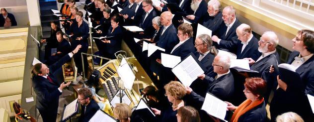 In der Arnstädter Bachkirche wurde zu einem musikalisch-kulinarischen Abend anlässlich des 100. Todesjahres des Komponisten Max Reger eingeladen. Einen gemeinsamen Auftritt hatten dabei die Bachchöre aus Arnstadt und Ilmenau. Foto: Christoph Vogel