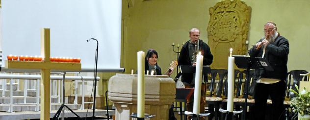 Mit Kerzen, Blumen und niedergelegten Steinen wurde der Verstorbenen gedacht. Hinzu kam getragene Musik. Foto: Berit Richter