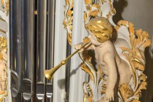 Barocker Trompetenengel an einer Orgel