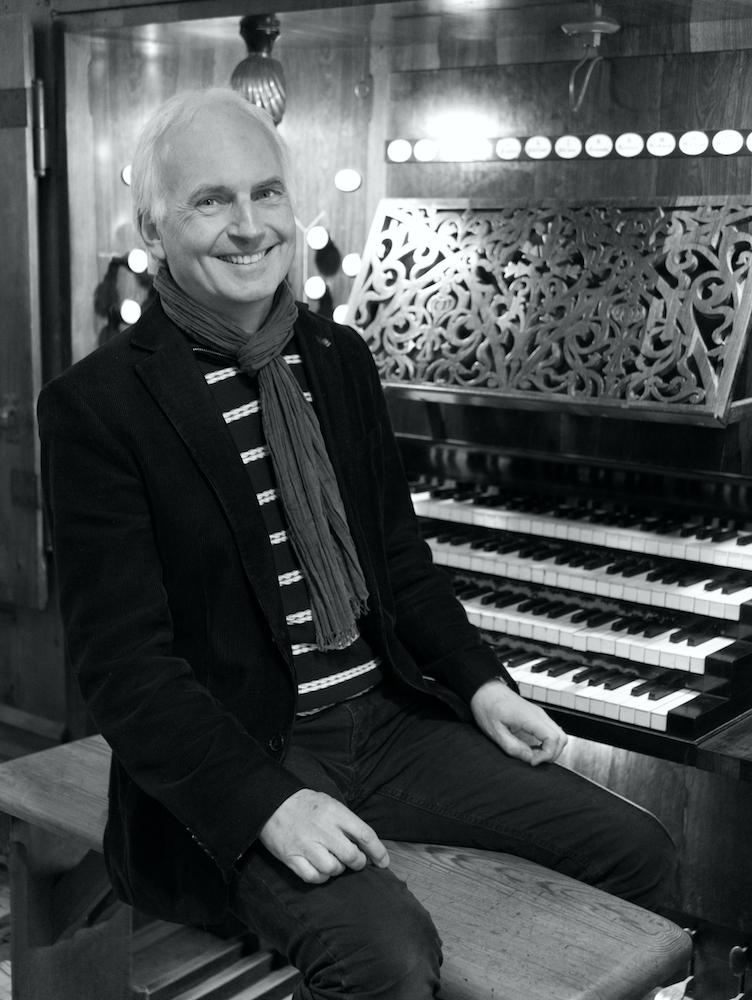 Jan Ernst vor dem Spieltisch einer Orgel