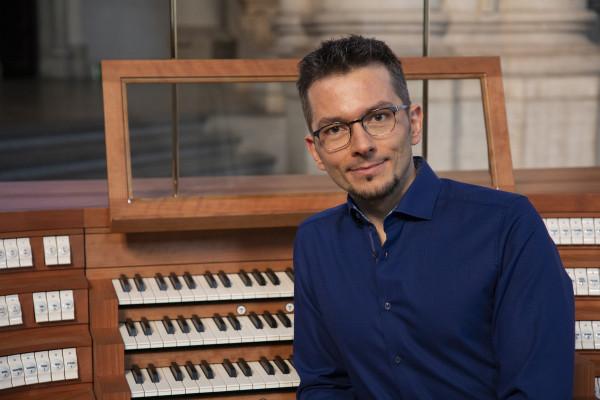 Tobias Frank vor dem Spieltisch einer Orgel